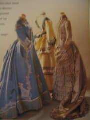 イギリスの19世紀の女性のドレスである。女性達が最も好きだったとされる、3色を集めた物である。この時代からピンク、ブルー、イエローはそれぞれ個性の違う女性達