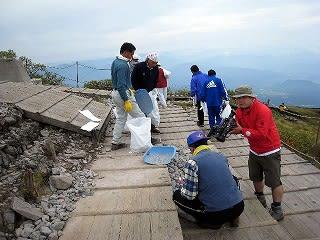 頂上碑周辺は石置き場ではないので注意。