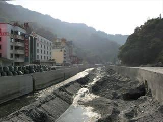川に架かる橋は欄干などが流されて橋桁だけを残し、まるで仮設のような状態... 廬山温泉 夏都大飯