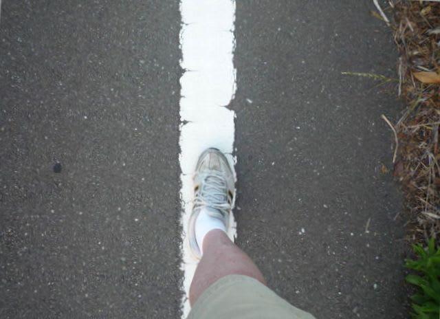路側帯を歩く