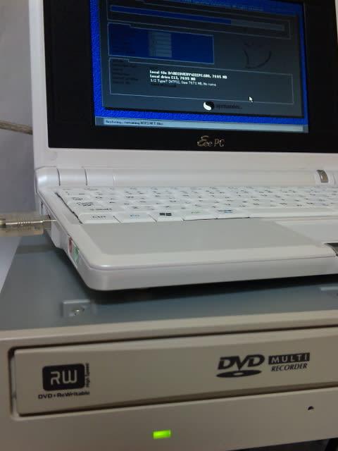 デスクトップ機用の光学ドライブを使ったリカバリの様子