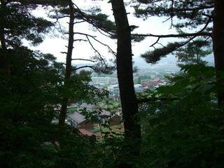山の上から山ノ内町を一望する
