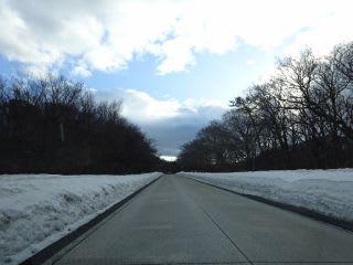 観光道路。雪壁も気持ち低く