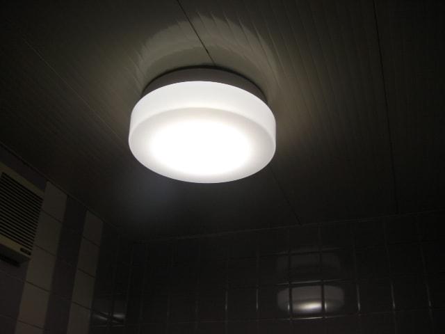 玄関の照明は白熱電球でしたが ...