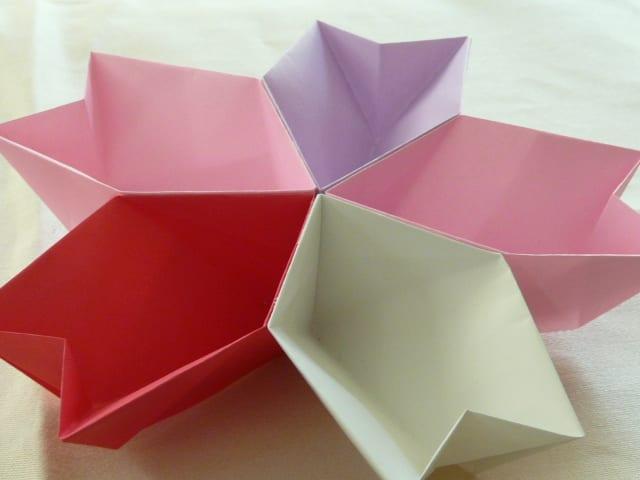 すべての折り紙 折り紙で桜の作り方 : 斜線部分に糊づけして5枚を ...