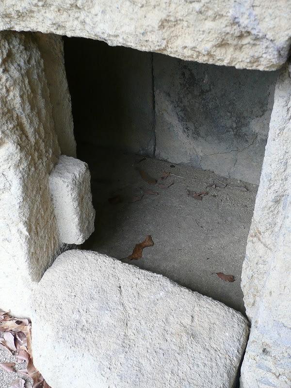 横口の石槨