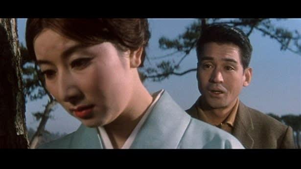 水色の着物で俯きながら男性と話す若い頃の山本富士子