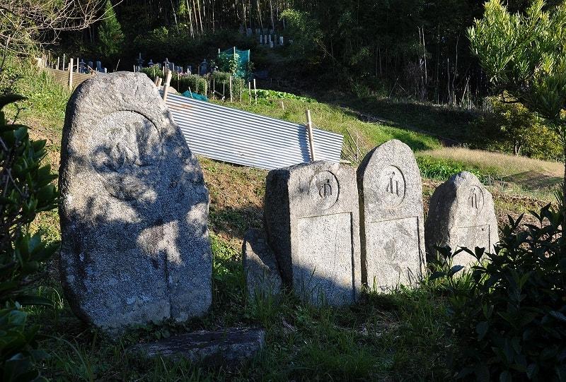石位寺境内の南東部石像物