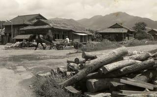 駅前を木材を積んだ馬車が行く ジャンル:ウェブログ コメント フォト・アーカイブス 終戦の日特集