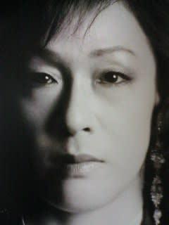 短め前髪のイヤリングをつけているモノクロのキムラ緑子の画像