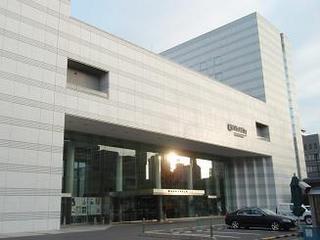 平和記念公園から南へのびる吉島通りを少し行くと、厚生年金会館が見えてく... 広島厚生年金会館・