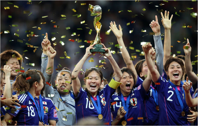 Homare_sawa_holds_up_the_trophy
