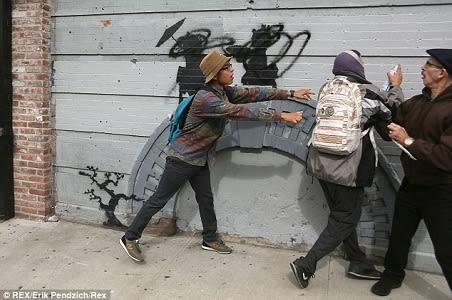 ニューヨークはブルックリンに現れたバンクシーの壁画は、日本がテーマでした。 が、\u201c公開\u201dされて一時間もしないうちに、心ないアホ男が黒のスプレー・ペイントで壁画