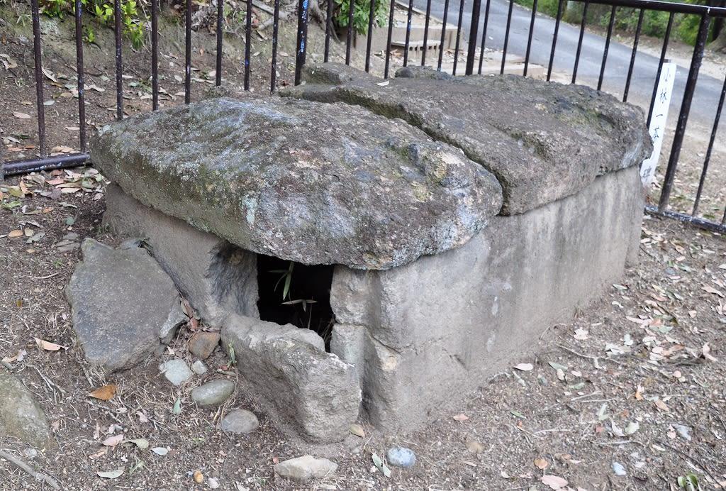 7号墳前の石棺