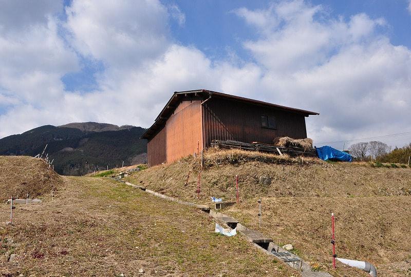鬼ヶ城古墳前の小屋