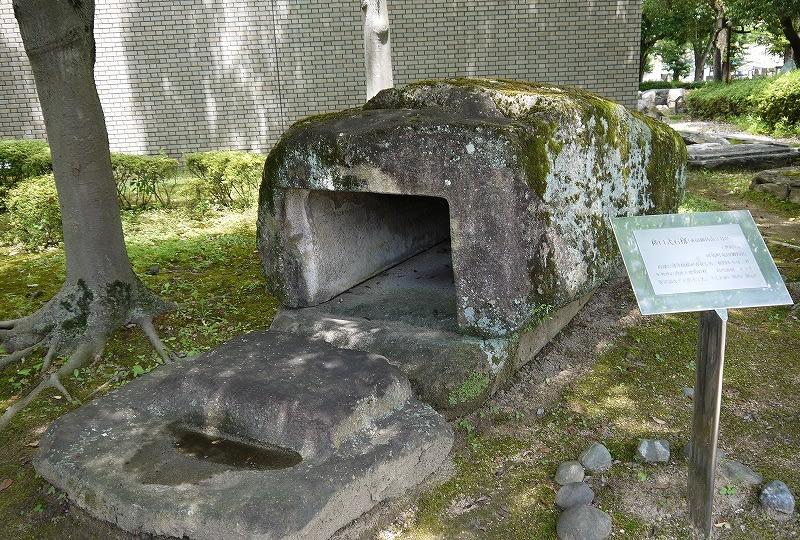 橿原考古学研究所付属博物館の庭に展示されている竜田御坊山3号墳の石槨
