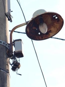 これ? 秋田市中心部のとある町内で、ボロボロのものを発見。おそらく電球だと思う。 複数個あったが