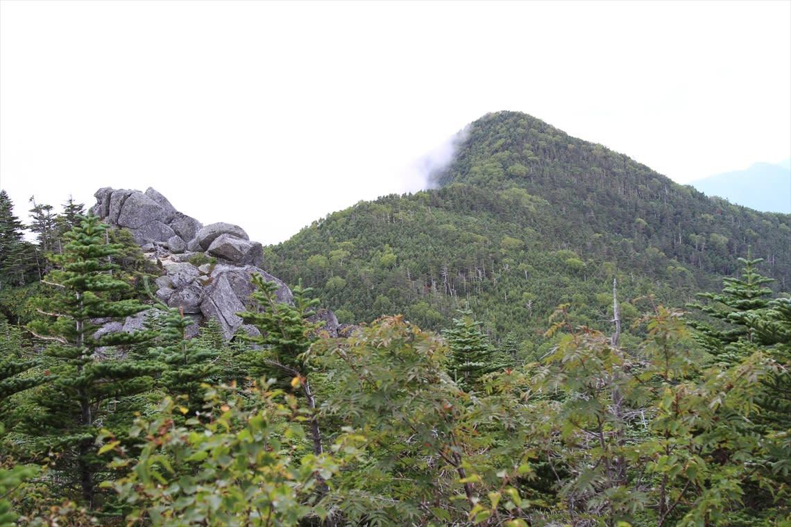 地元の高校生が製作した「県内最高峰の標識」 三宝山を訪ねて - 山さんぽ花さんぽ
