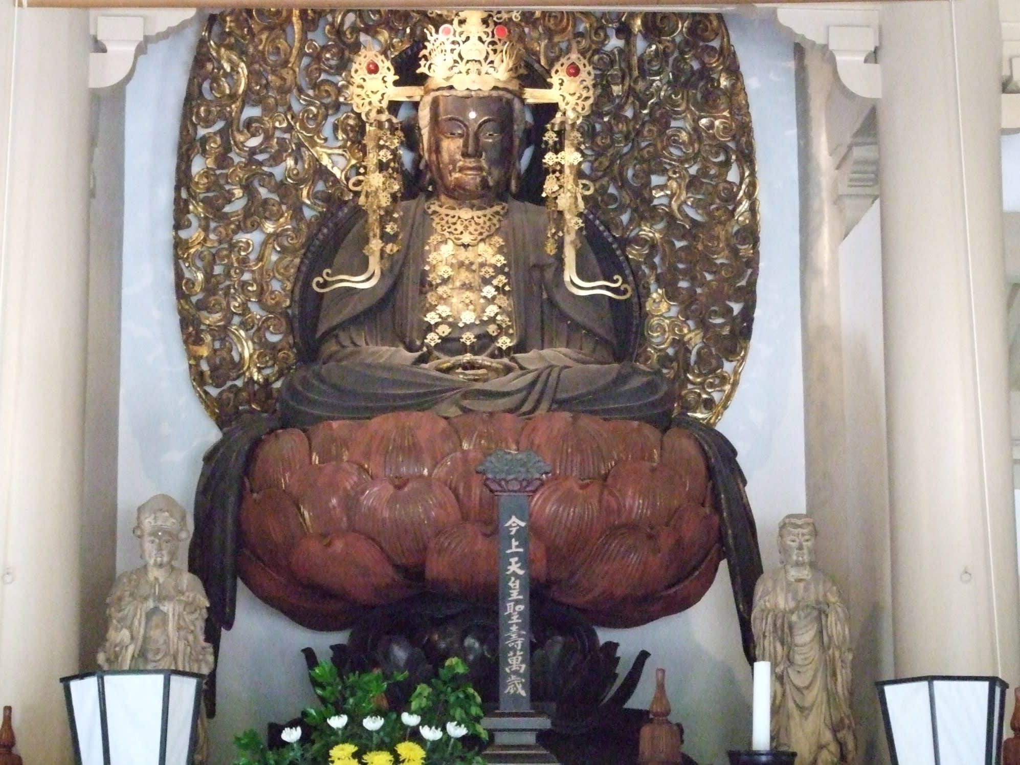 円覚寺の本尊は「宝冠釈迦如来」という。宝冠をつけた釈迦如来、つまり仏陀... Discover