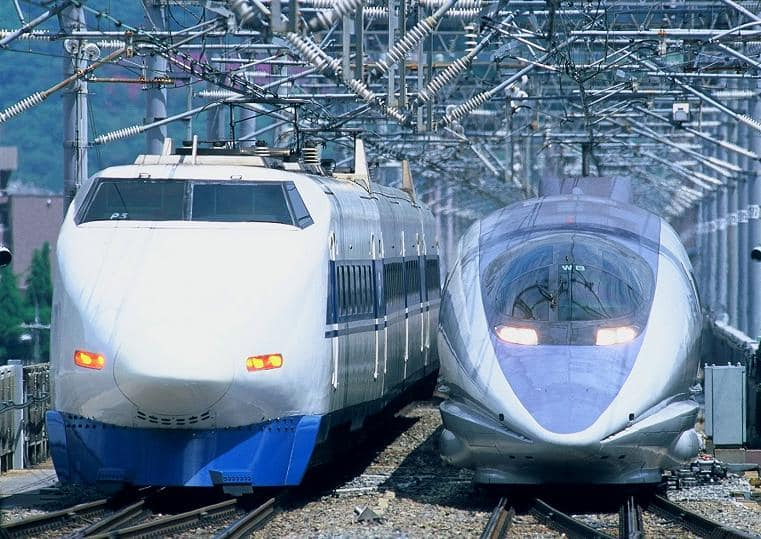 2台並んで停まっている新幹線。