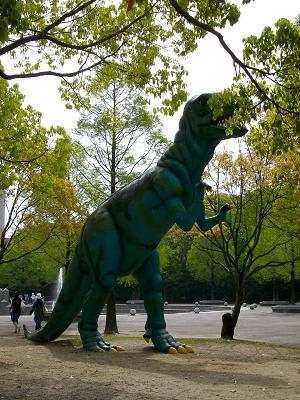 ティラノザウルスに似たこの恐竜は、メガロサウルスです 木陰に潜み、獲物を狙っているように見えまし
