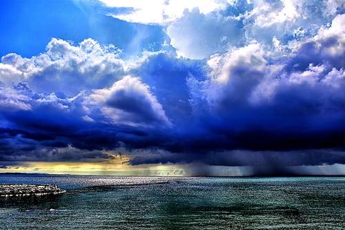 晴天と雷雲と台風が一枚のスナップに映った 大自然の脅威と、裏腹な心を彷... 晴天と雷雲と台風と