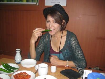 サマーニットのカーディガンを着てご飯を食べているひし美ゆり子の画像