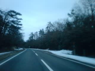昨日の凍結現場(?)も今日は静かなもの。雪も氷もないので此処で止まる車は無い・・・はず。