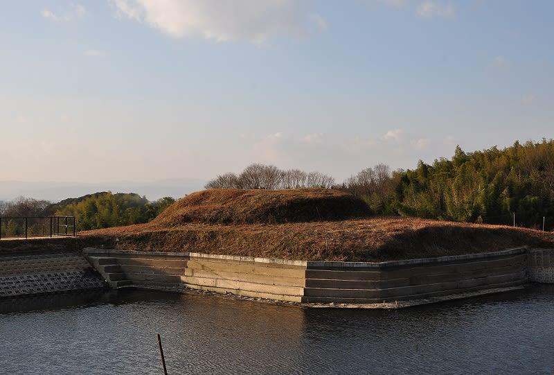 カマアゲ池から見たヲカタ塚古墳