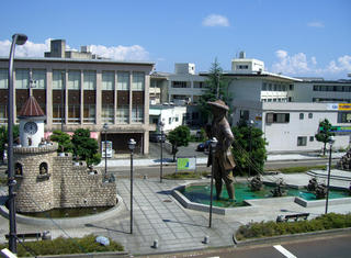 JR近江高島駅からガリバーメルヘン広場を望む