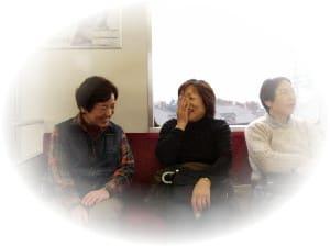 車内でお喋りの3人と桐生駅ホーム