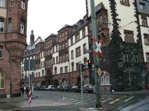 そして最後の観光地、レーマー広場に到着!ドイツらしい木組みの古い建物に囲まれた広場だ。