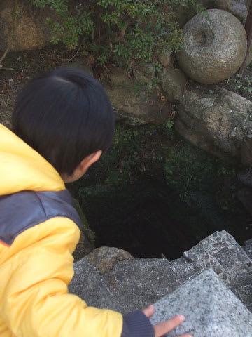 妬泉源の穴