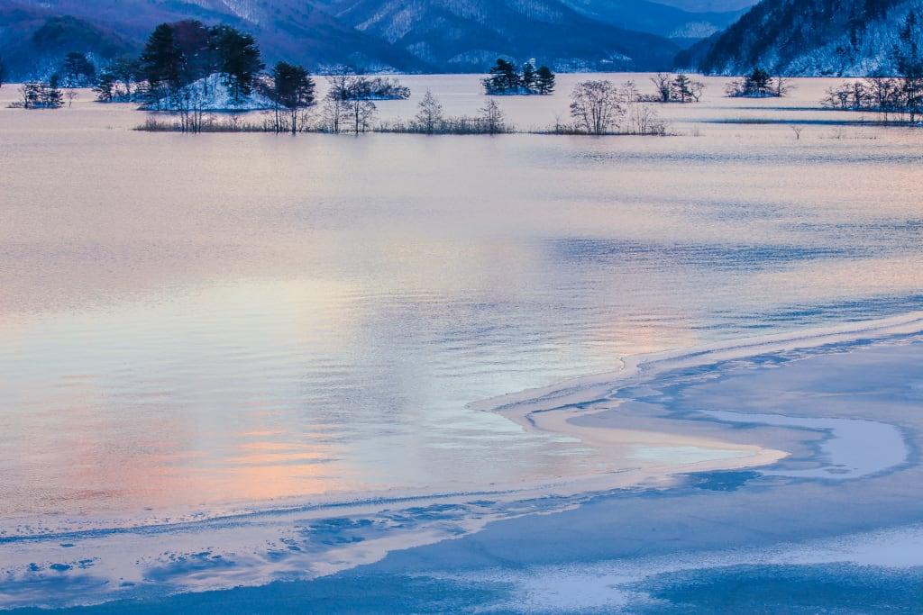 秋元湖 冬の朝の写真