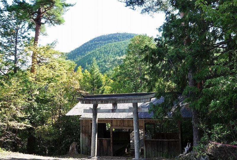中腹の深戸神社から見える櫃ヶ岳