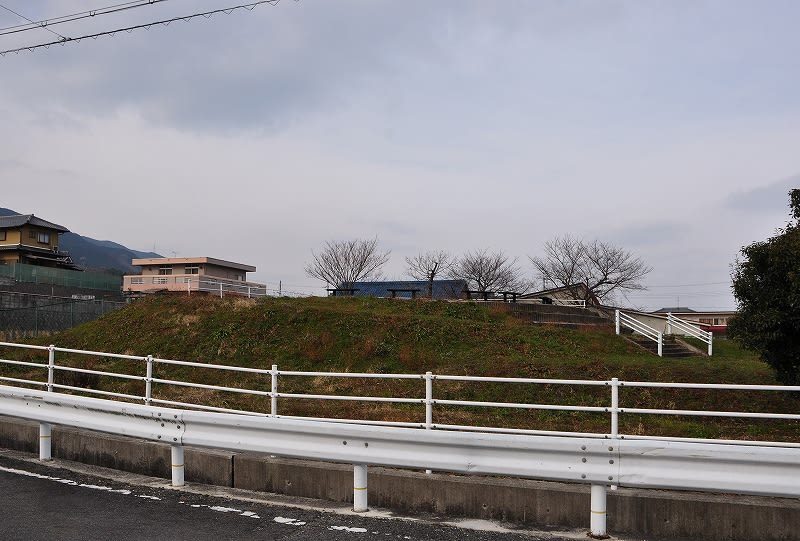 南側から見た塚廻り古墳