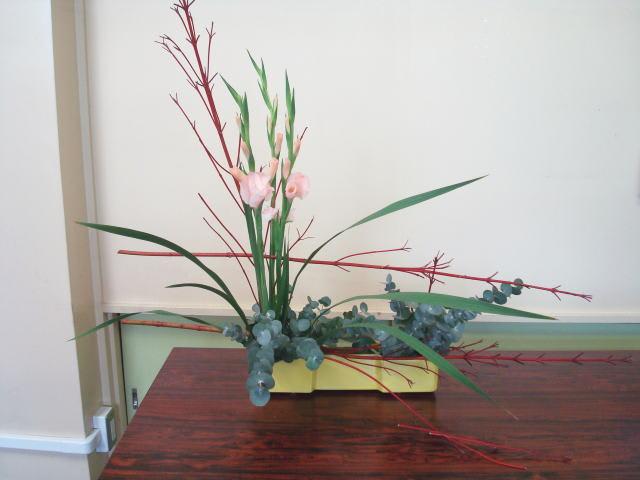 使用花材:サンゴミズキ・グラジオラス・ユーカリ 寒川町の花屋 木村生花店のブログ