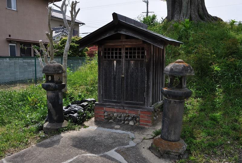 クノギ古墳の祠と瓦製の燈籠