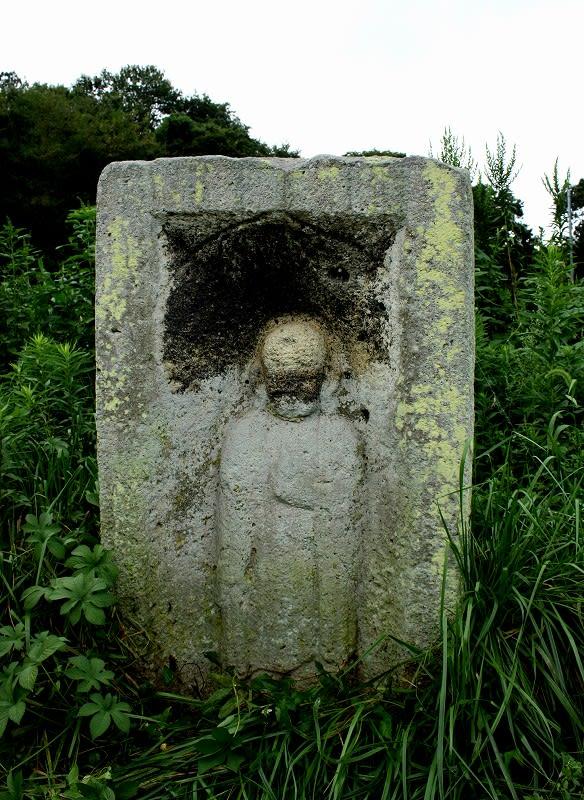 夏草のまだ生い茂る中,なんとも見つけづらかった石仏さん。 ハメ塚の石棺仏... 周遍寺参道の石棺
