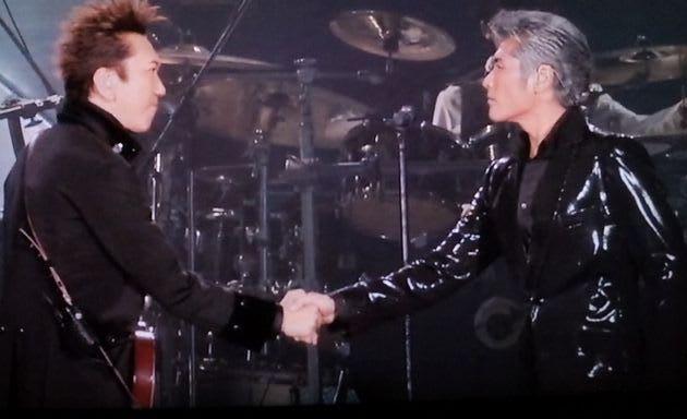 布袋寅泰と握手する吉川晃司