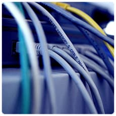 増え続けるケーブルの悩み、無線給電で解消できる?
