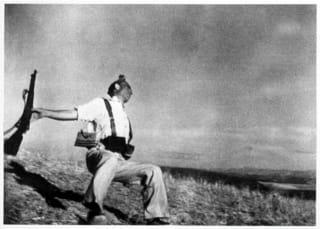 その後キャパは、ベトナム戦争で地雷に触れて亡くなる。キャパ本人の顔写真... りんごの日記
