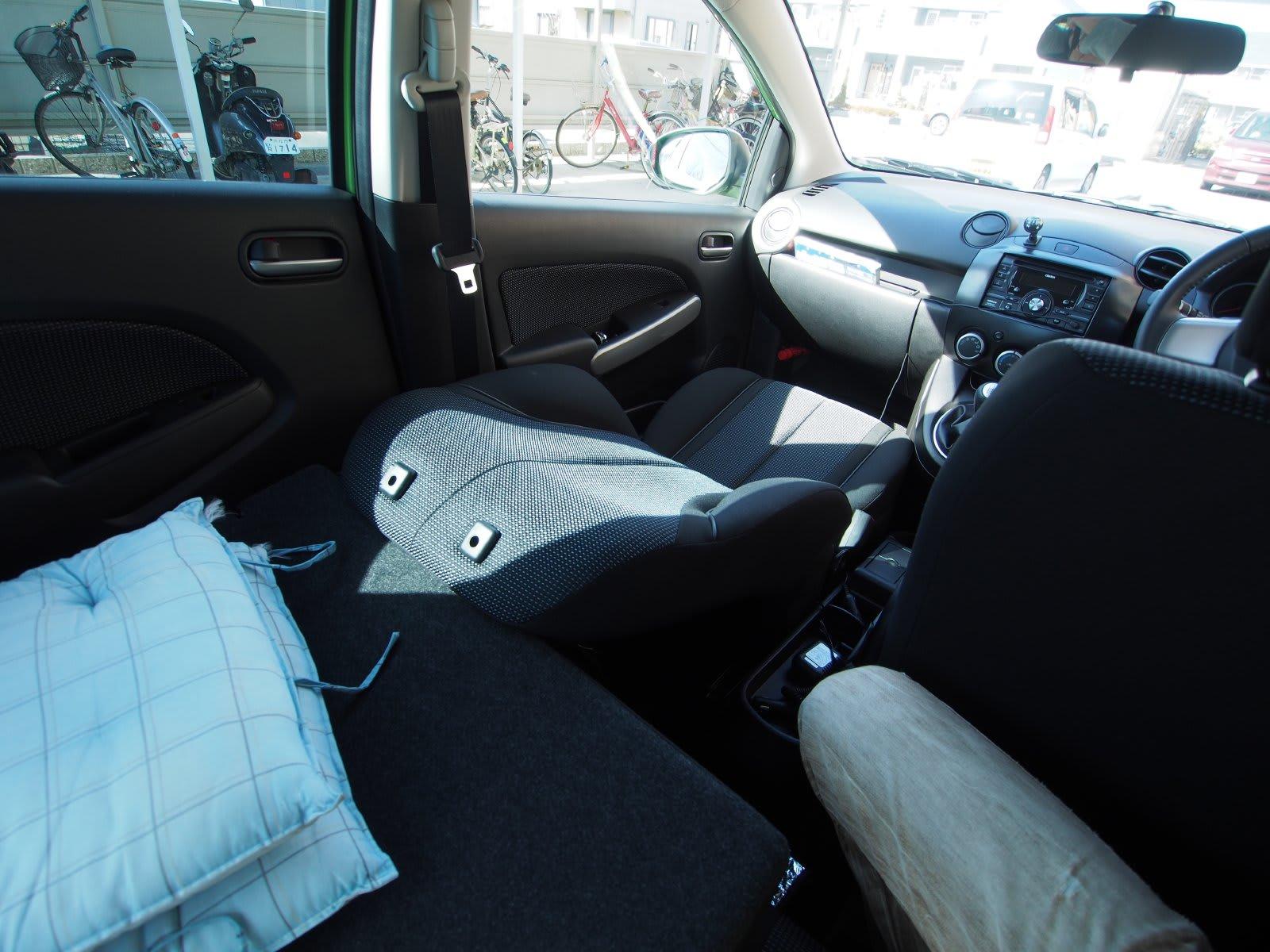 DEデミオはリアシートの背もたれは前に倒すか通常の立てた状態にするかの2択だ。角度調整はできない。 車内泊を考える時には奥側に倒してフラットにできるかが重要に