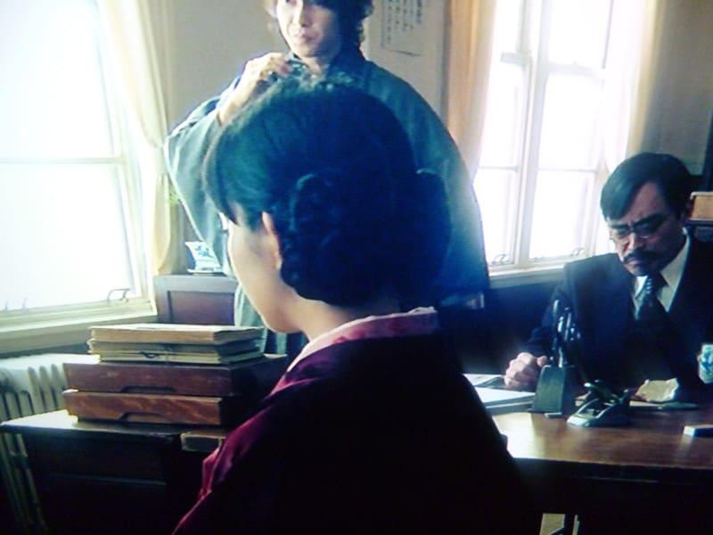 P1060729 別珍のコートに、ヘアは二つに分けた髪を、それぞれ三つ編みにしています。...