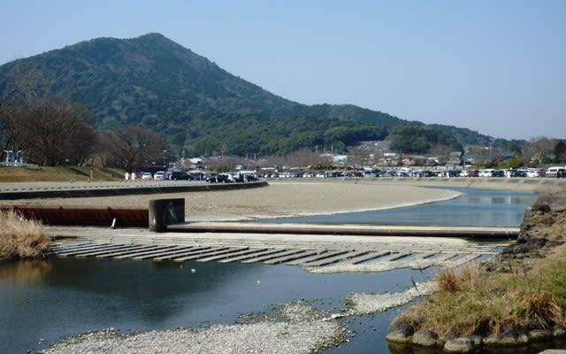 水流の途絶えた、御側橋付近の五十鈴川の堰堤 ~ 3月20日撮影
