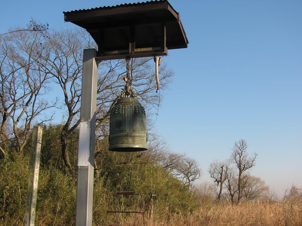延命院の鐘から振りかえると旧谷中村の村びとたちの共同墓地跡です。 廃村になったのは1906年、も