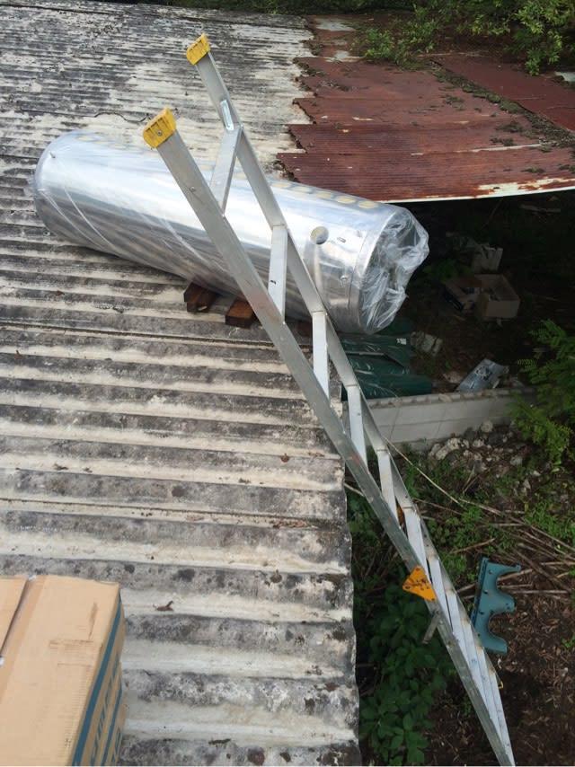 太陽熱温水器の設置 - 廃墟再生...