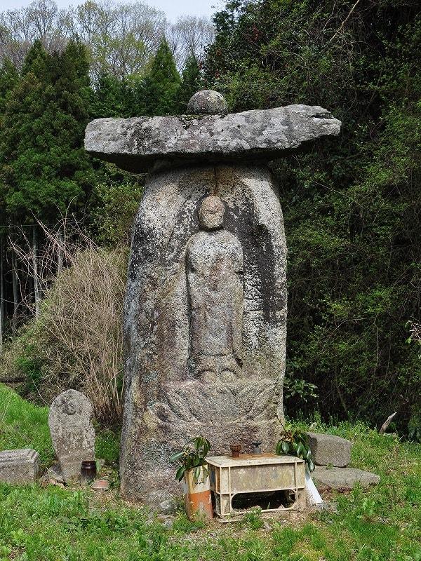 下入田の阿弥陀石仏