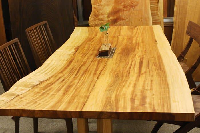 栃(とち)の樹木活かしたテーブル全体
