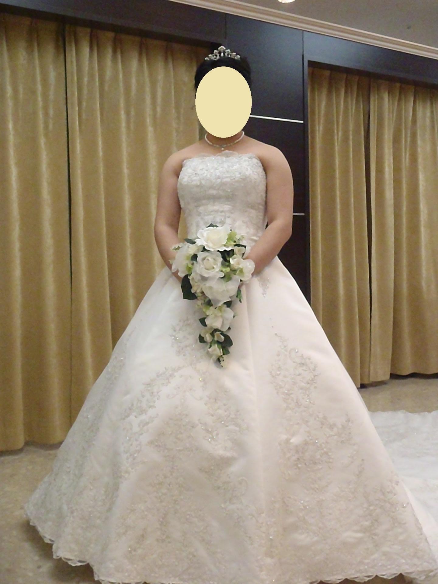 ウエディングドレス2着目、こちらはシルクの生地で22万円。 Aラインのドレスで、こちらの方がRさんのお気に入りです。